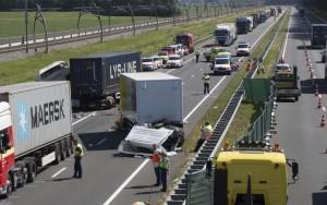 ongeluk-a15-vrachtwagens (1)