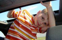 Kinderen achterlaten in auto
